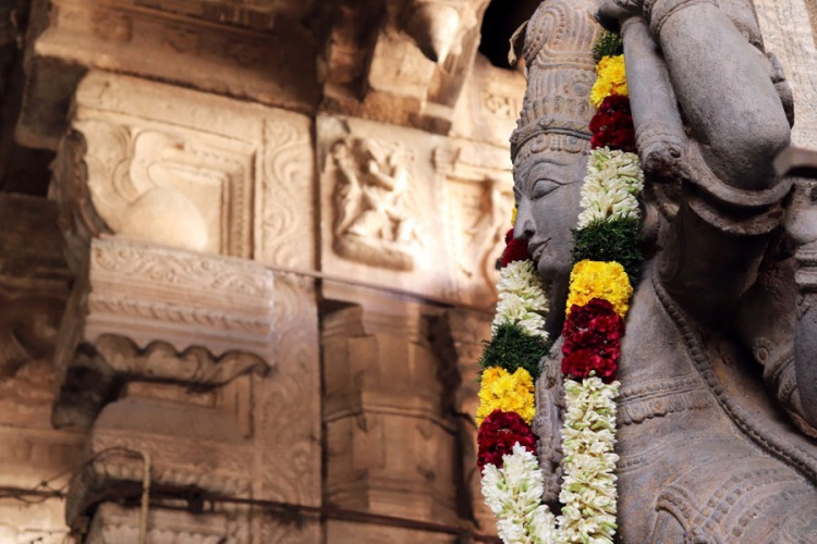 Madurai - Pudumandapa garlanded statue